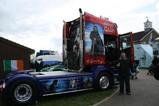 Un placer retratarse junto al Scania homenaje a Johnny Cash.