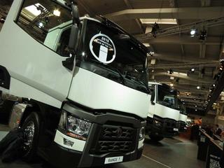 Renault Serie T ya luce el trofeo Truck of the Year 2015.