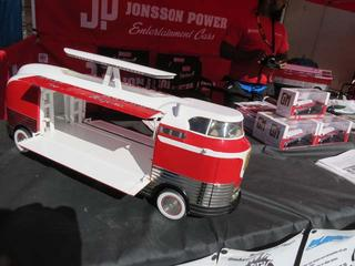 Jonsson Power financia la restauración del Futurliner num 8 vendiendo maquetas.