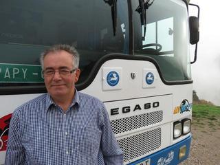 Rogelio pasea su pasión pegasista con el Bierzo Bus.