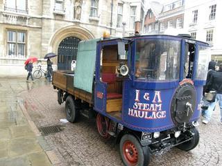 Se trata de una réplica del camión a vapor original fabricado en 1904.