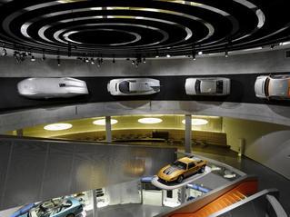El interior del museo nos recibe con una explosión de clásicos prototipos.