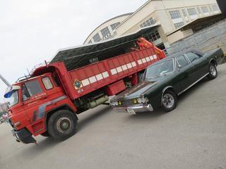 Dos Clásicos Barreiros con denominación Dodge, el 4220 junto al lujoso turismo 3700 GT.