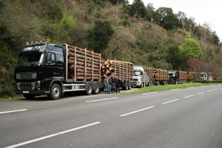 El espectacular convoy de los Volvo madereros con el que nuestros protagonistas cruzan los Pirineos.
