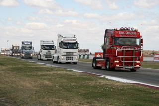 El desfile de camiones decorados y clásicos es parte fundamental del espectáculo.
