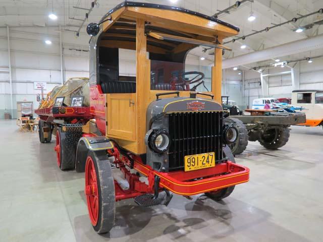 Uno de los primeros trailer, se trata de una tractra Autocar con semi Fruehauf de 1926.