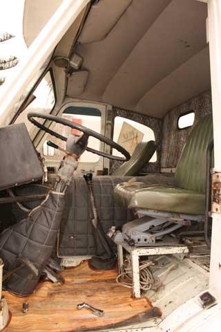 La cabina resultaba amplia, pero el motor ocupaba la mayor parte de su volumen.