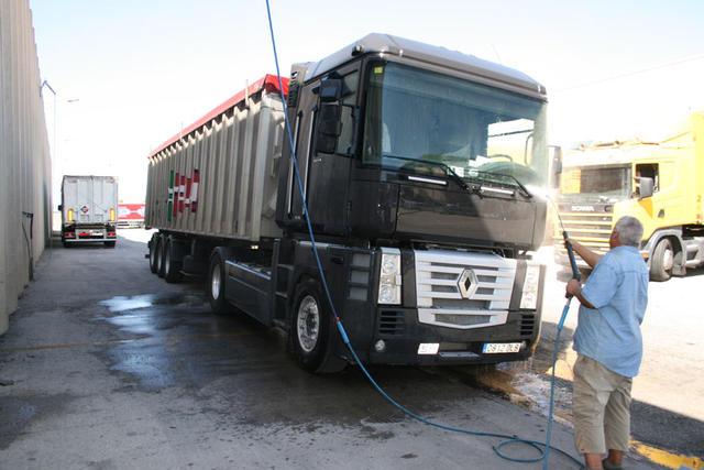 Los miembros de la cooperativa también pueden lavar sus camiones en las instalaciones propias.