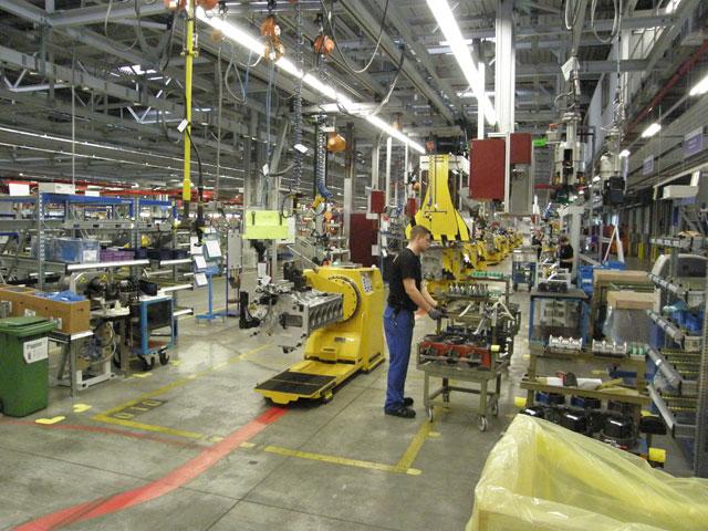 Las fases de montaje del motor OM471 combinan trabajos robotizados y mano de obra humana.