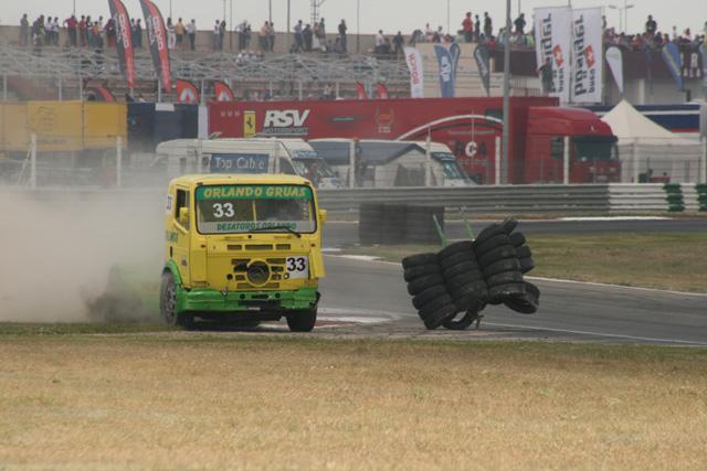El piloto malagueño Orlando tras redecorar la pista y el frontal de su Mercedes.