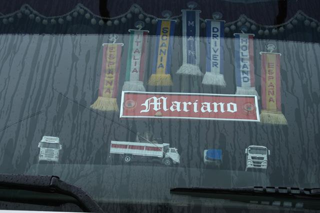 Algunos transforman el parabrisas de su camión en una exposición de maquetas.