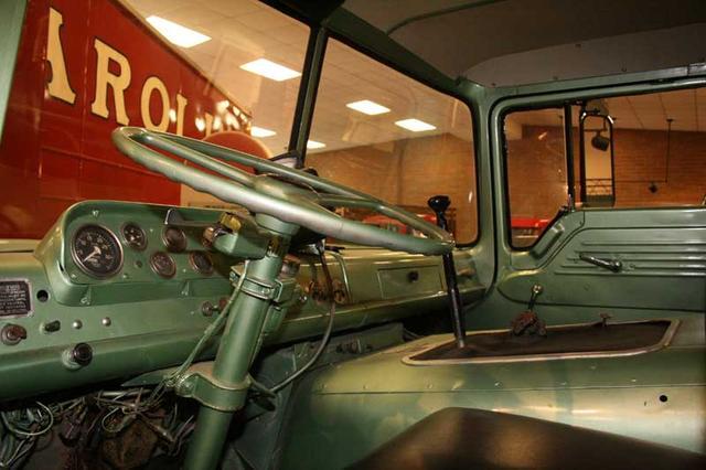 Cl sicos la historia del transporte en usa museo beam for Camiones ford interior