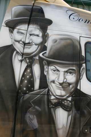 Estrellas del cine mudo como Laurel Y Hardy reviven aquí.