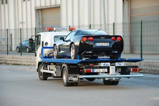 Plataforma convencional en camión de 7,5 toneladas con cuchara para un segundo vehículo.