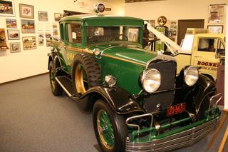 Otro turismo transformado como camión grúa, en este caso un Chrysler.