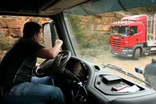 Lo que nadie quiere en estas pistas de montaña es un encuentro con otro camión de cara.