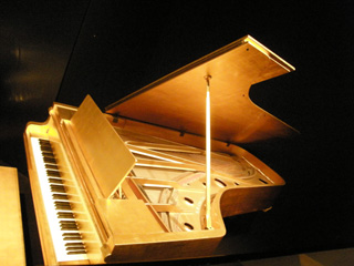 El piano dorado de Elvis, conservido en el Country Hall of Fame.