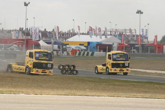 Los Hermanos Vila y sus Mercedes trazando la nueva configuración de los neumáticos como buenamente pueden.