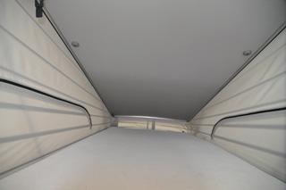 La cama superior con el techo elevado del Mercedes Viano Marco Polo.