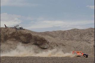 Incluso al helicóptero de la televisión parece costarle atrapar al Hummer 4X4.