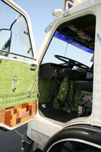 La tapicería artesanal en el interior de la cabina era habitual en los camiones de la época.