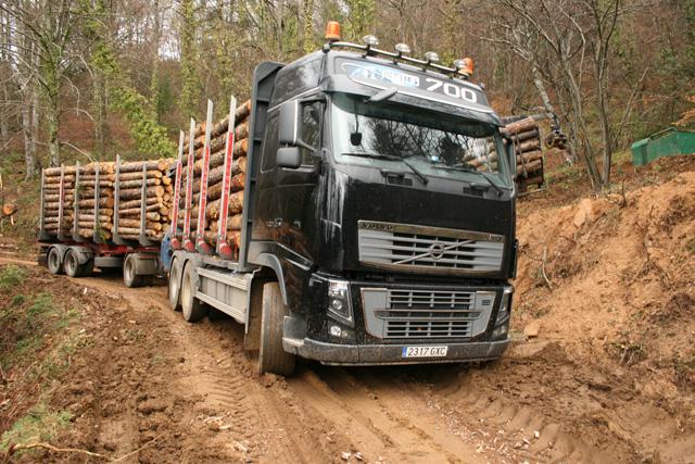 Pese a la tracción 6X4 del Volvo FH 16 y sus 700CV el barro amenaza con tragarse las 57 toneladas del tren de carretera.