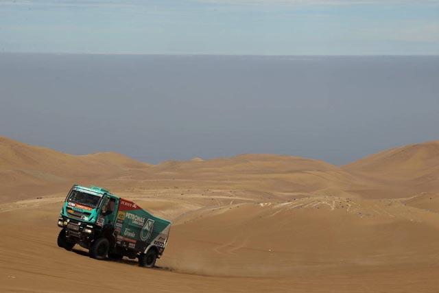 El excorredor de rallies Miki Biasion participa en este Dakar al volante de uno de los Iveco Trakker.