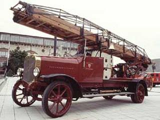 Uno de los primeros modelos de escalera Magirus sobre camión de la misma marca, 1926.