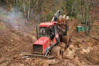 El tractor Valmet 8X8 navega por el barro y nos remolcaría en caso de apuro.