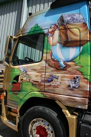 El primer transportista de menhires, Obelix protagoniza otra de las decoraciones.