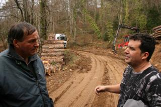 Hablamos con nuestro guía que bajará delante al volante de una furgoneta 4X4 por la pista forestal.