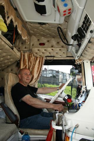 Clemente sentado al volante de su Scania de morro tuneado al detalle.