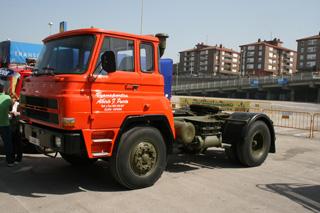 Como si acabase de abandonar el concesionario Dodge, esta tractora del asturiano Puerta.