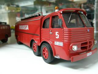 """Curiosa versión de bomberos tres ejes del Pegaso """"cabezón""""."""