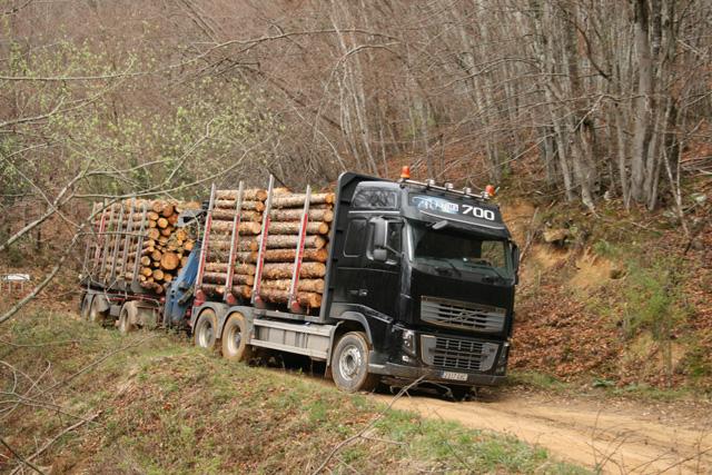 El freno motor del Volvo FH 16 700 aporta la seguridad necesaria en estos recorridos de dificultad extrema.