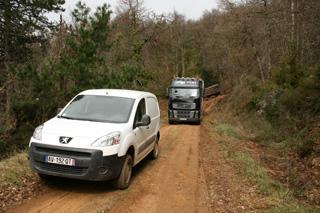 La pequeña furgoneta Peugeot Partner 4X4 nos sirve de guía durante el descenso.