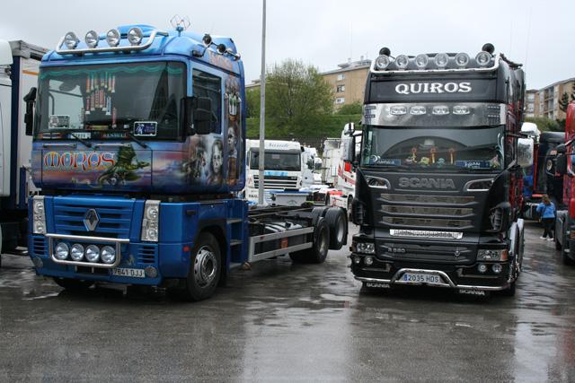 Un Magnum tres ejes decorado vistosamente junto a un elegante Scania V8.