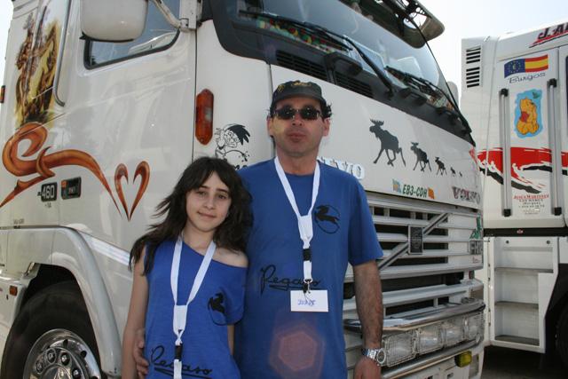 Un festival camionero como este se disfruta más en familia, nos lo demostraron los Llop; padre e hija.