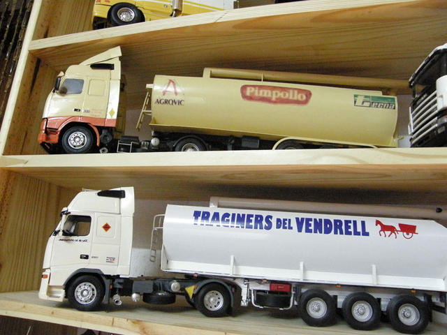 Estos trailers de pienso reproducen modelos reales que cargan a diario en el puerto de Tarragona.