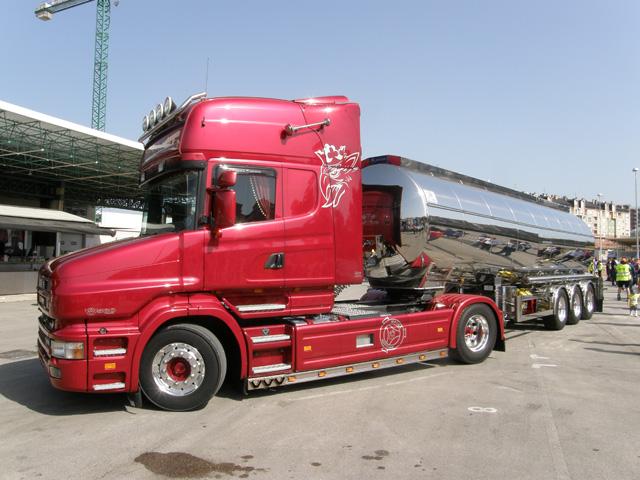 Impresionante conjunto el de este Scania de morro Topline con cisterna en aluminio.