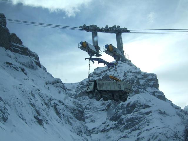 En zonas alpinas a gran altura no existe acceso por carretera y los grandes dúmper Astra 8X6 llegan en teleférico.