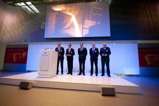 La plana mayor de Mercedes Benz presentando el nuevo motor en la planta de Manheim.