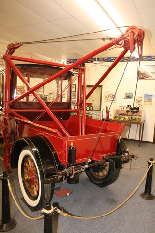 El sistema de poleas de la grúa sobre el Locomobile que data de 98 años atrás.