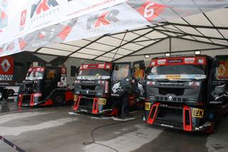 Impresionante el despliegue del team MKR con sus Renault Premium Corse.