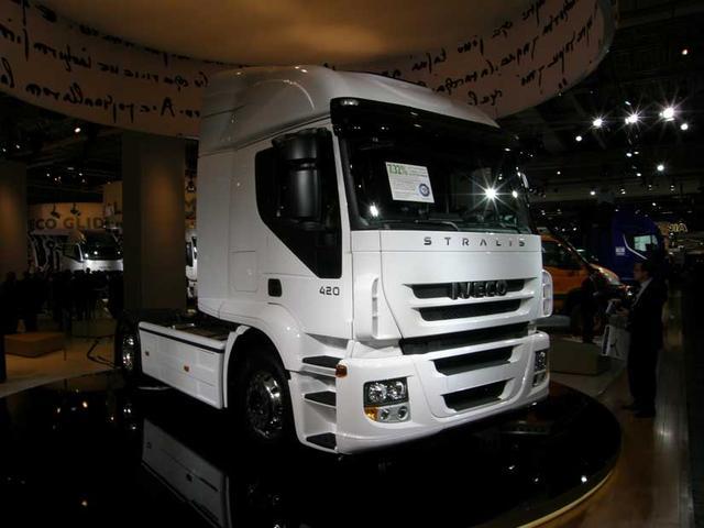La tractora Iveco Stralis AT de 420 CV destaca por su baja tara y costes contenidos.