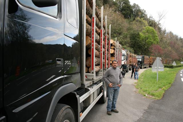 Los leñadores extremos posan para la posteridad junto a su espectacular convoy de Volvos; José, Óscar, Iván e Ismael.