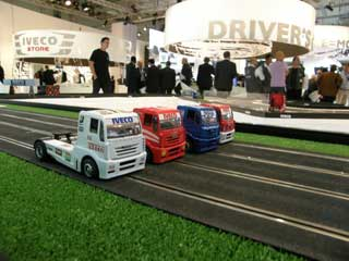 Quizás al interés ayudaba la posibilidad de divertirse jugando con camioncitos de carreras Iveco.