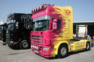 Totalmente negro o con colorido espectacular...¿Cómo queda mejor un Scania Topline?
