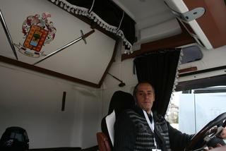 Javier García en la cabina de su bien cuidado MAN TGA.