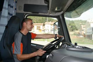 Ismael conduce el único Volvo FH 12 de este espectacular convoy de trenes de carretera.